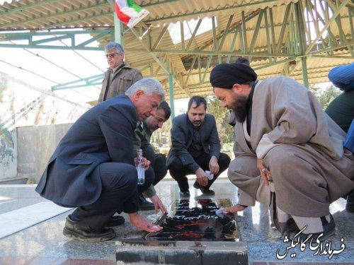 گلزار شهدای شهرستان گالیکش به مناسبت گرامیداشت دهه فجر غبار روبی و عطر افشانی شد