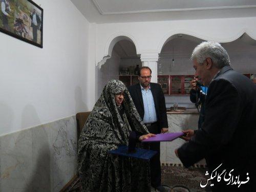 دیدار فرماندار و مسئولین گالیکش با خانواده شهید جوان و عطر افشانی گلزار شهدای گمنام