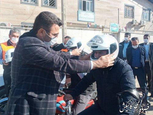 اهدای کلاه ایمنی به تعدادی از راکبین موتورسیکلت بمناسبت روز ایمنی موتور سواران در گالیکش